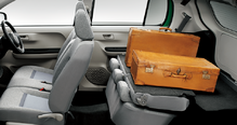 運転席もシートもシンプルですっきりまとまり!